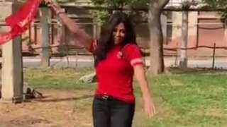 رانيا يوسف تشارك متابعيها بفيديو رقص تشجيعاً للأهلى قبل نهائى القرن