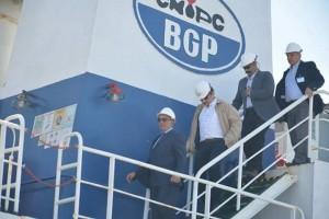 محافظ البحر الأحمر و وزير البترول يتفقدان سفينة البحث والاستكشافات البترولية بسفاجا