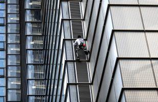 اتعقال الرجل العنكبوتى لتسلقه برجا ارتفاعه 230 مترا فى لندن