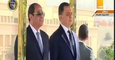 احتفال عيد الشرطة.. وزير الداخلية يقدم هدية تذكارية للسيسي