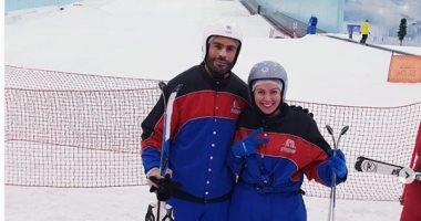 لقاء الخميسى تخوض تجربة التزلج على الجليد مع زوجها